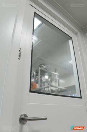 Laboratóriumi ajtó tisztatérben