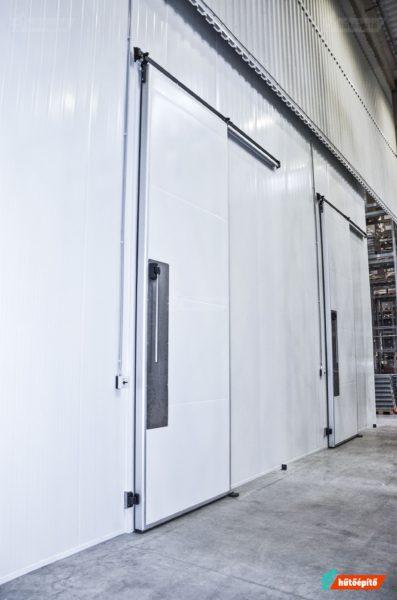 Gigantikus méretű hűtőtéri ajtó
