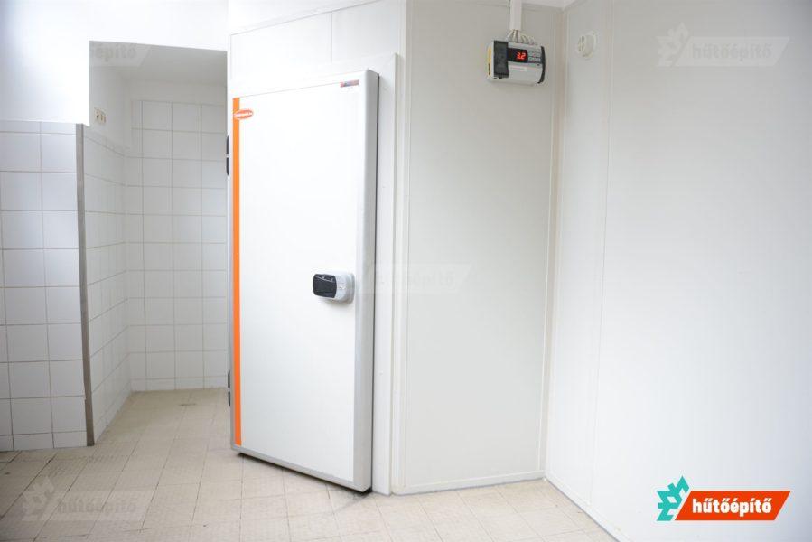 Hűtőkamra nyílászáró szendvicspanelbe való beépítés után