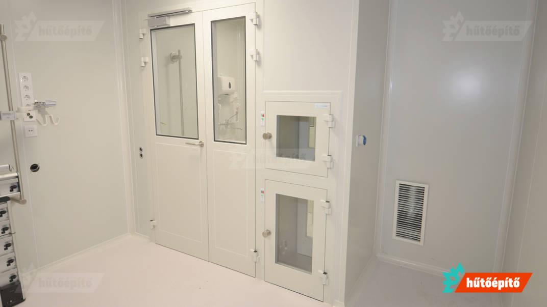 Az ajtók és az anyagátadók beépítve